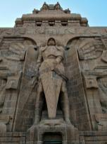 Der Erzenglel Michael im Fuß des Denkmals