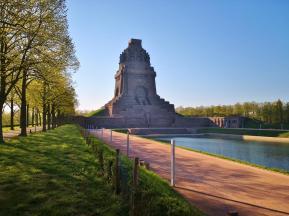 Annäherung an das Denkmal in der frühen Morgensonne