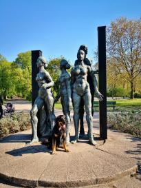 Doxi inmitten der Studentinnenstatue im Friedenspark