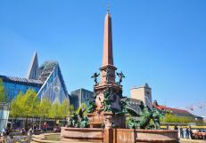 Der Mendebrunnen vor dem Gewandhaus und der Universitätskirche