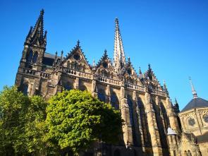 Seitenblick auf die Peterskirche