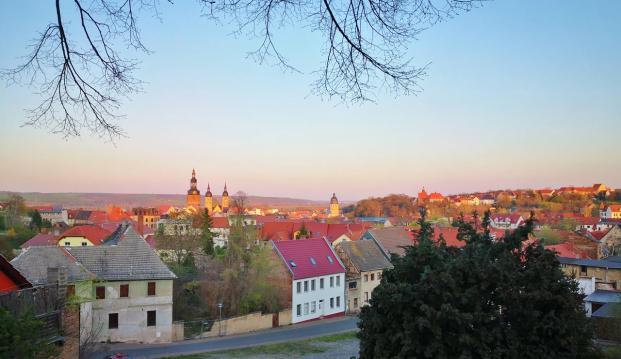 Abendlicher Panoramablick über die Stadt vom Hügel der Annakirche