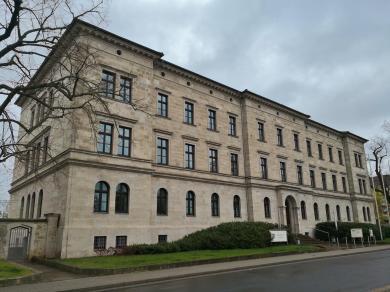 Neoklassizistisches Gebäude des Amtsgerichts auf dem Petersverg
