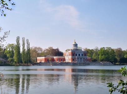 Das Marmorpalais im Neuen Park vom gegenüberliegenden Ufer aus gesehen