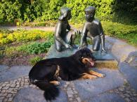 Doxi vor einer Skulptur auf der Freundschaftsinsel