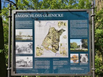 Infotafel am Jagdschloss Glienike mit Karte des Glieniker Parks