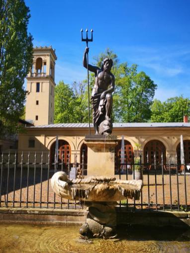 Brunnen mit Neptun-Figur am Schloss Glienike