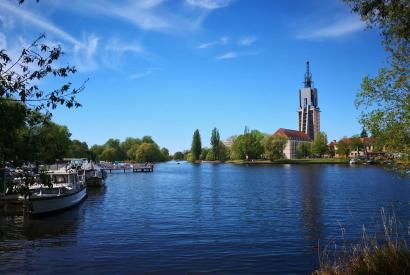 Blick aus dem Nuthe-Park zur Freundschaftsinsel (links) und dem Turm im Heilig-Geist-Park (rechts)