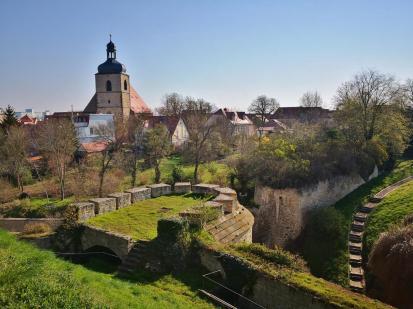 Blick von der Burg zur außerhalb der Festungsmauern gelegenen Stadtpfarrkirche