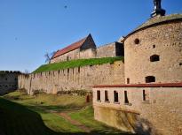 Mächtige Festungsmauern umgeben die Burg
