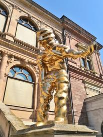Skulptur vor dem Neuen Museum