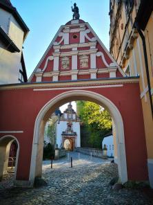 Zugang zur Vorburg. Im Hitergrund das Burgtor.
