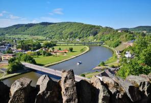 Blick vom Burghof hinunter zur Saar