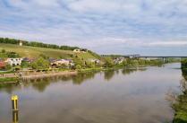Blick von der Moselbrücke nach Schengen in Richtung der großen Autobahnbrücke