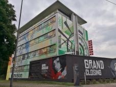 Kunst an einem ungenutzten ehemaligen Bürogebäude