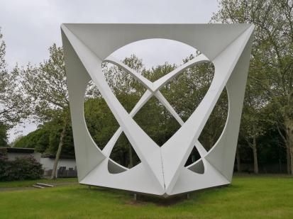 Das Kunstwerk von Prof. Wolfang Körber zwischen dem Kunstmuseum und dem Parkfriedhof sieht aus jeder Persepektive unterschiedlich aus