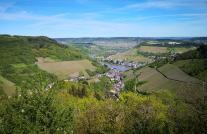 Blick vom Unheller Küppchen auf den Ortsteil Trarbach und das Moseltal