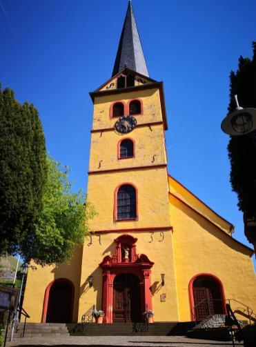 Die Ortskirche am Friedhof von Zeltingen-Rachtig