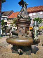 Brunnen auf der anderen Seite des Marktplatzes