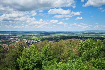 Blick vom großen Burgberg ins Harzvorland