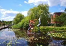 Skulptur und Wassergarten vor dem Neuen Rathaus