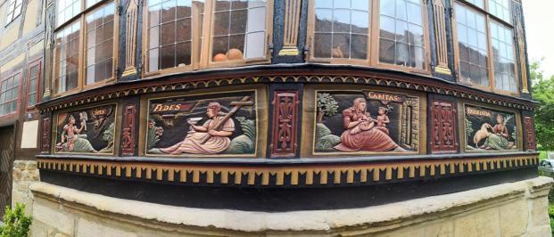 Holzschnitztafeln als Verzierung am Wernerschen Haus