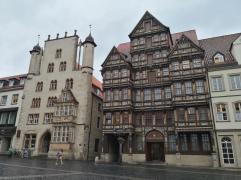 Links das 1350 errichtete Tempelhaus, rechts das Wedekindhaus von 1598
