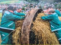 Stopfen der Osterräder mit Stroh