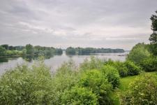 Blick vom Aussichtsturm am Südrand des Sees. In der Bildmitte: Die Insel im See.