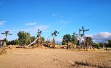 Hübsch gestalteter Kinderspielplatz am Strandbereich