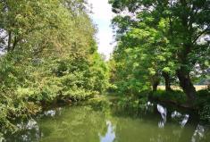 Flusslandschaft im Tal der Emmer bei der Alten Wassermühle unterhalb von Schloss Hämelschenburg