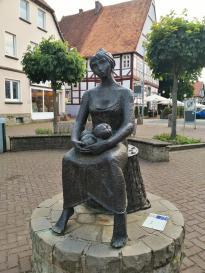 """Skulptur """"Das Marktmädchen"""" auf der Haupteinkaufsstraße"""