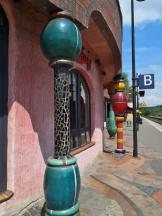 Säulen und Hundertwasserpflaster an Gleis B