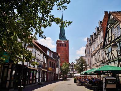 Blick durch die alte Hauptstraße zum Turm der Stadtkirche St. Marien
