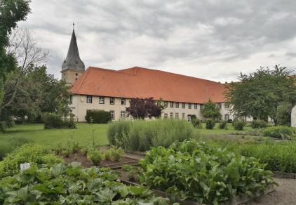 Blick aus dem Klosterkräutergarten auf das Hotel