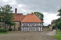 Wirtschaftsgebäude neben dem Eingang zum Kloster