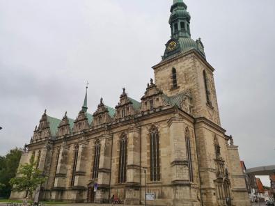 Seitlicher Blick auf die Marienkirche