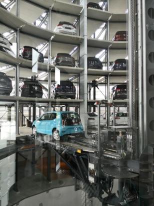 Hier wird ein Fahrzeug aus seiner Parkposition herausgeholt und anschließend automatisch in die Übergabehalle geschoben