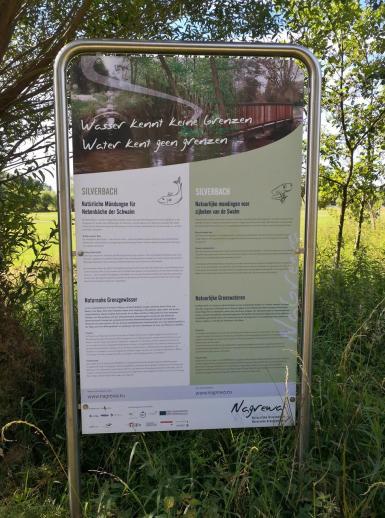 Wir befinden uns im Grenzgebiet zu den Niederlanden - die Infotafeln sind deshalb zweisprachig
