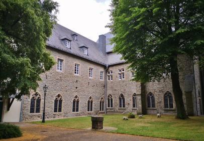 Am ehemaligen Kreuzherrenkloster Steinhaus