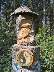 Skulptur im Wald unterhalb der Zollernalb
