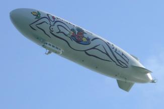 Der Zeppelin NT über der Insel Mainau (Foto Jan Wedekind | http://commons.wikimedia.org | Lizenz: CC BY-SA 3.0 DE)