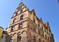 Prächtige Fassadenmalerei an einem historischen Gebäude, das heute ein Hotel beherbergt