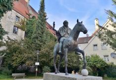 Reiterdenkmal vor dem Fuggerbau