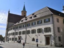 Das Landgericht neben der ev. Stadtkirche