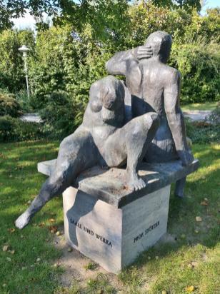 Skultpur zum Gedenken an die Deutsche Wiedervereinigung im vornehmen Stadtteil Albertshofen
