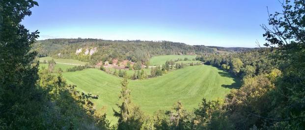 Panoramablick vom Nägelesfelsen in das Tal der Lauchter