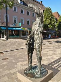 Skulptur in der Fußgängerzone der Innenstadt