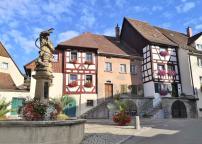 Der Hänselebrunnen nimmt Bezug auf eine wichtige Figur der Alemannischen Fastnacht