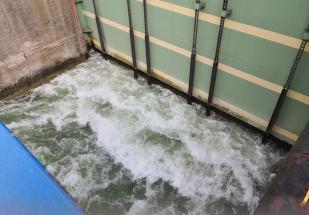 Unter großem Getöse beginnt das Ablassen des Wassers aus der Schleuse